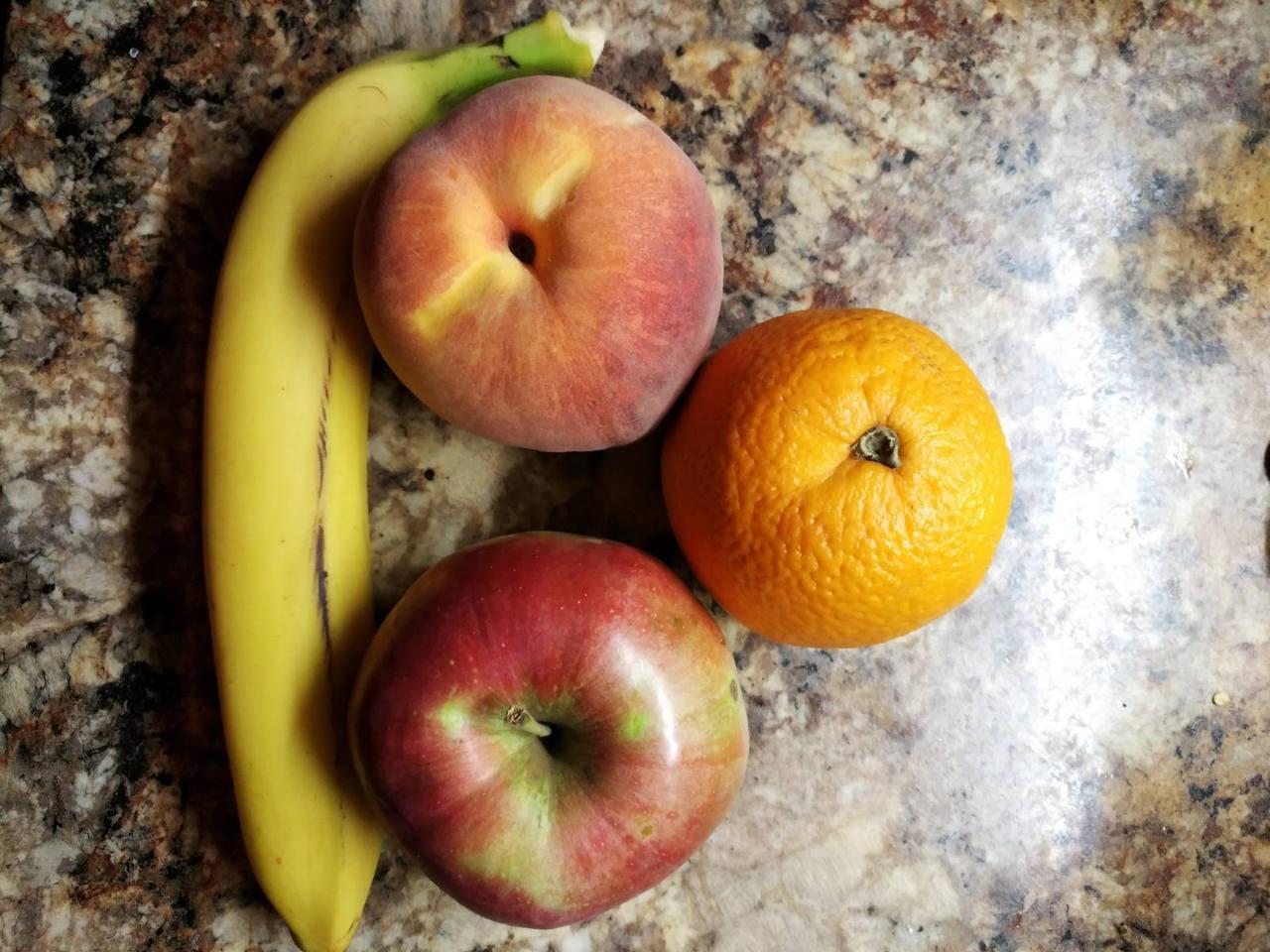Frukto-salato por vespermanĝo: avantaĝoj kaj damaĝoj..